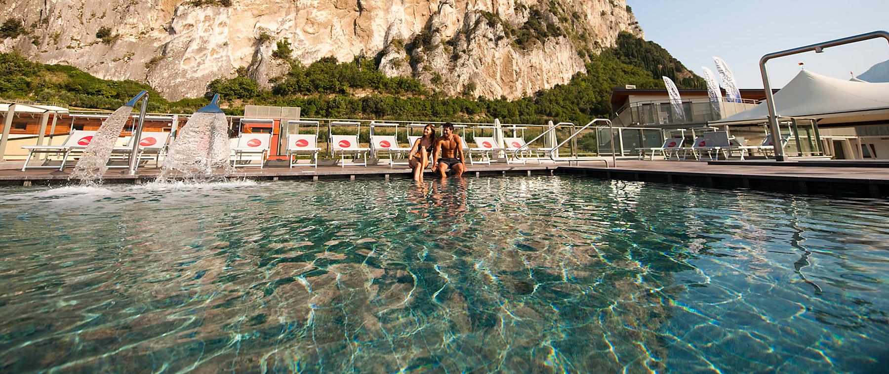 Centro wellness ad arco in trentino con piscina salina esterna e idromassaggio garda thermae - Hotel con piscine termali trentino ...